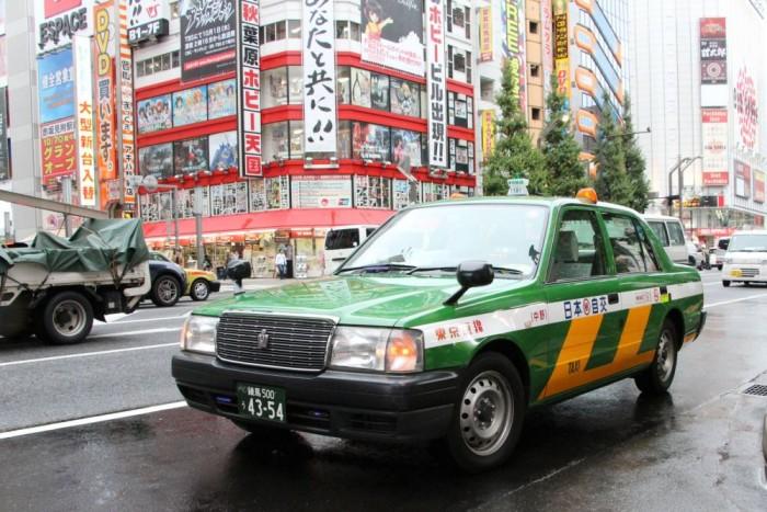 Nem, nem 1981-ből származik az autó. A Toyota Crown és a Crown Comfort, a nyújtott tengelytávú változat, máig gyártásban van