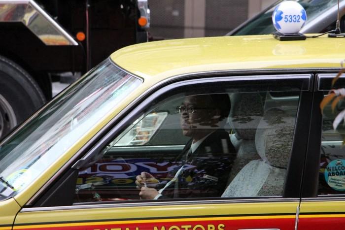 Középkorú, szenvtelennek tűnő férfiak vezetik a taxikat, elegáns öltözékkel és makulátlan autóval megtisztelve az utasokat. Itthon is van erre sok jó példa, de a személyszállítás ottani kultúrája zavarba ejtő