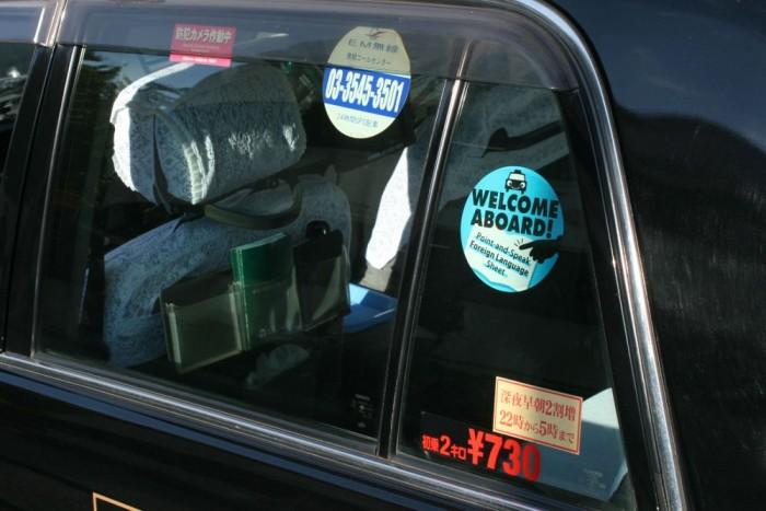 A fehér csipkehuzat makulátlanul tiszta volt az összes taxiban, amit láttam
