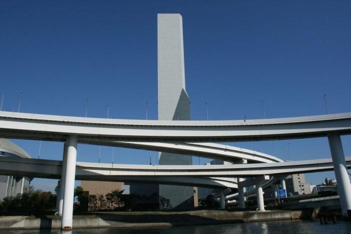 A hasonló betonmonstrumok az 1960-as, 1970-es évekből már nem néznek ki jól. Tokió nem szép város abban az értelemben, ahogy Budapest például igen. Több mint 350 cég foglalkozik taxizással Tokió belvárosában. Az autók színe a taxitársaságtól függ