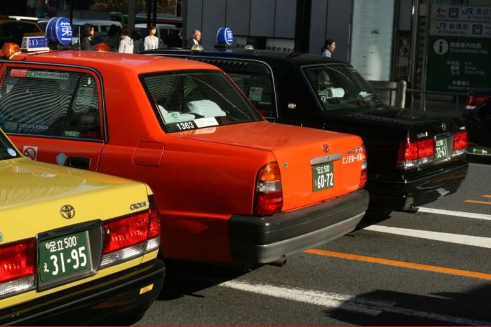 A sárga és a fekete a Crown, a narancssárga taxi egy Toyota Crown Comfort. A hátsó lámpa formája azonosnak tűnik, a csomagtérfedélen lévő lámpabetétek térnek el