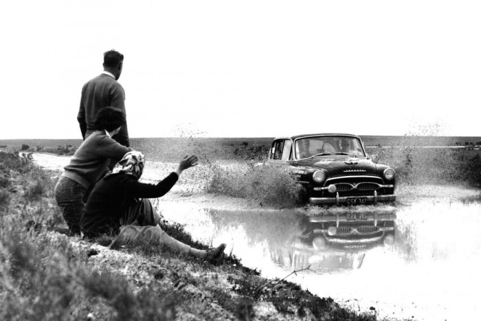 61 éve készül megszakítás nélkül a Toyota Crown, ami talán világrekord. Itt a 48 lóerős ősmodell Ausztráliában dönget egy raliversenyen