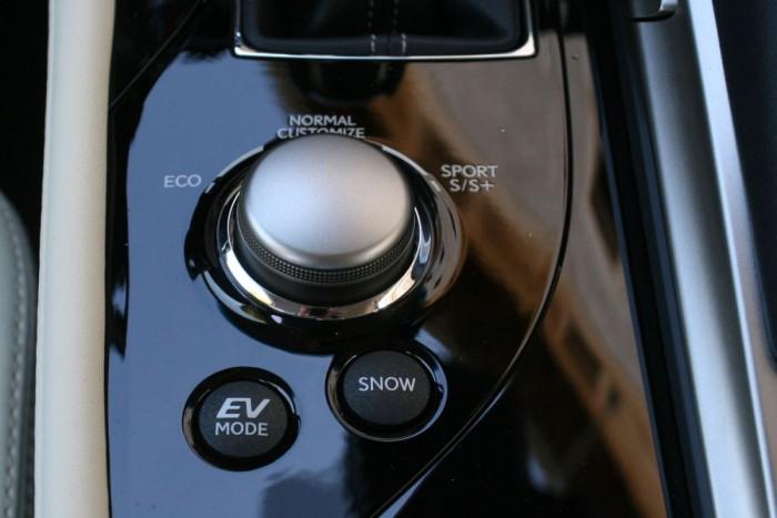 Új az egyéni, Customize üzemmód. EV-módban a számítógépet felülírva, csak hajtó villanymotorjával suhan az autó. a füstmentes haladást kis gázzal a többi hibridmódban is elő lehet idézni városban