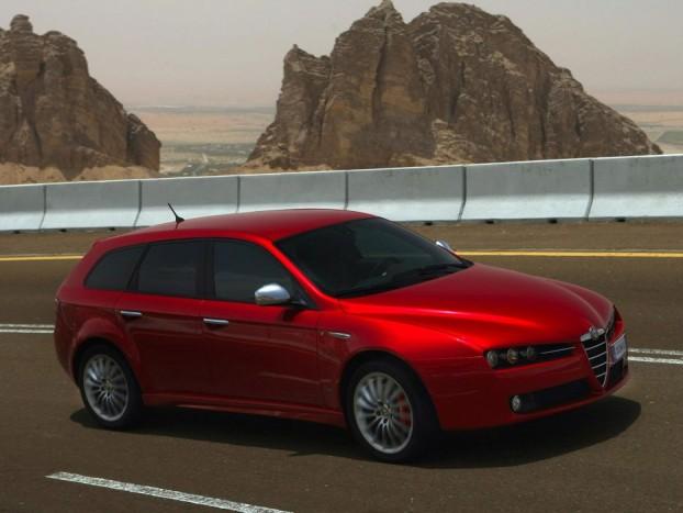 Alfa Romeo 159 3.2 JTS Q4 - Az olasz, amibe még a németek se tudnak belekötni. A 159 a sárnehéz autók korának fia, a masszív bunkerérzés nagykövete, csodálatos formába csomagolva, sportkombikhoz méltóan szűkebb 405 és 1235 liter között variálható puttonnyal. Egy feltűnő színnel még ma is mindenki utánafordul, de ha a 3,2 literes V6-os dolgozik az orrban összkerékhajtással, akkor nem tart sokáig a bámészkodás, mert még a közel 1,8 tonna is képes tisztességes tempóval elrugaszkodni. Oké, a motor már nem a legendás Busso V6, de 260 lóereje és 332 Nm nyomatéka a forma mellett elég érv ahhoz, hogy az Alfa Romeo 159 felkerüljön a listára.