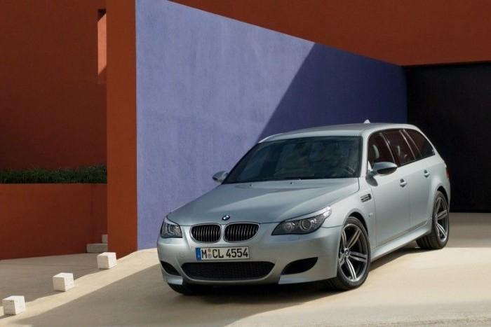 BMW M5 Touring - Jöjjön a totális őrület, a klasszikus családi kombik legelvetemültebb képviselője, a szívekben tüzet szító bajor pusztító, amiben a cefréből pálinkát gyárt a félelem, mire a főzőbe érsz. A V10-es az Év Motorja, hétfokozatú SMG váltó és 1650 literes csomagtér, 507 lóerő. A A 8250-et forgó F1-es motorokat idéző benzinzabáló 520 newtonméteres nyomatékot szolgáltat, és a kombit 4,8 másodperc alatt katapultálja 100 km/órára, ami csak 0,1 másodperccel rosszabb a limuzin értékénél.