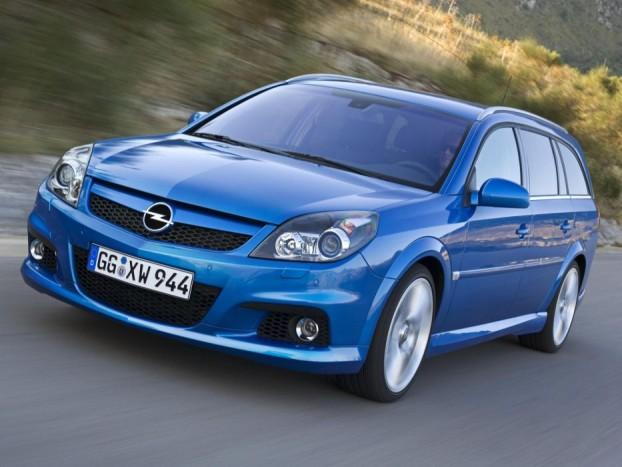 Opel Vectra OPC - Kezdjük a lényeggel: a 255 lóerős OPC érdekessége, hogy 260-at megy, ne érezze magát annyira jól a belső sávban a sok Audi, BMW és Mercedes. Ez már épp elég érv, de mindezek mellett a kocsi tökéletes báránybőrbe bújt farkas. Kevesen néznek ki egy tíz év körüli átlagos Opel kombiból ekkora erőt, és a csodálkozó pillantások begyűjtése külön öröm lehet a volán mögött. A 2,8 literes V6-os blokk 250 lóerős teljesítményről indult de 2006 után már 280 lóerővel hagyták el a gyárkaput. Az 530 literes alaphelyzetű csomagtartó 1850 literig bővíthető.
