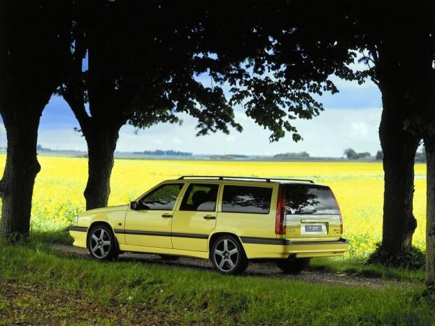 Volvo 850 T5-R: A családi kombiból faragott bitang svéd igazi veszett vad, ráadásul itthon fellelhetetlen. Mégis helyet kapott a listában, mert kombi nem ugrott úgy kerékvetőn, mint az ebbe a formába öntött túraautó verzió. A 243 lóerős teljesítmény mellé hatalmas csomagtérrel (790-1585 l), kényelmes ülésekkel, extrákkal alaposan megtömött autót kapunk, és ha lemondunk pár tucat lóerőről a Volvo 850 T-5 is hasonló élményt nyújthat, csak kevésbé eszeveszett körítéssel.