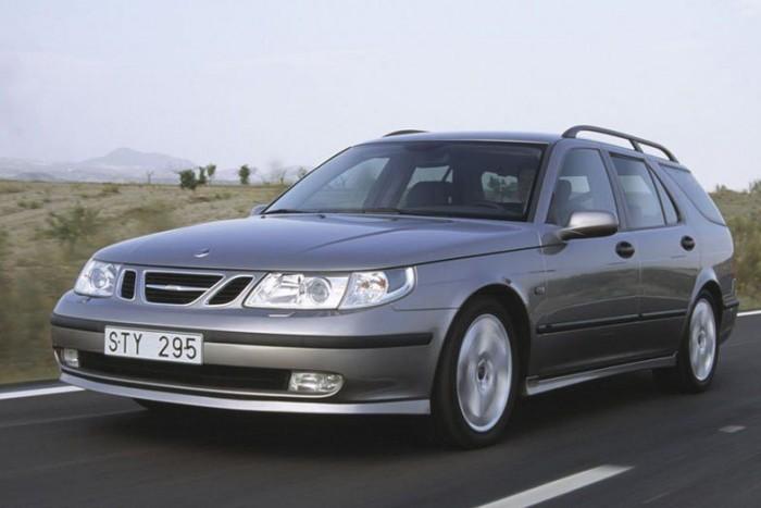 Saab 9-5 2.3 T - Titkos favorit a mára ritka, már a GM szárnyai alatt bevezetett típus. A 9-5 pedig tipikusan jó példája a svéd márka sugározta képnek, biztonságos, jól felszerelt, és olyan különc apróságokat kínál, amitől könnyen különlegesnek érezhetjük magunkat. Négyhengeres turbómotorja 2004-től már 220 lóerős teljesítményt adott le, de az Aero modellekben már 250 lóerő gyötörte az első kerekeket.Ahogy egy Saab-hoz illik ez volt az egyik legbiztonságosabb autó a piacon, az első NCAP törésteszt 1998-ban négy, a második, 2004-ben már ötcsillagos lett.
