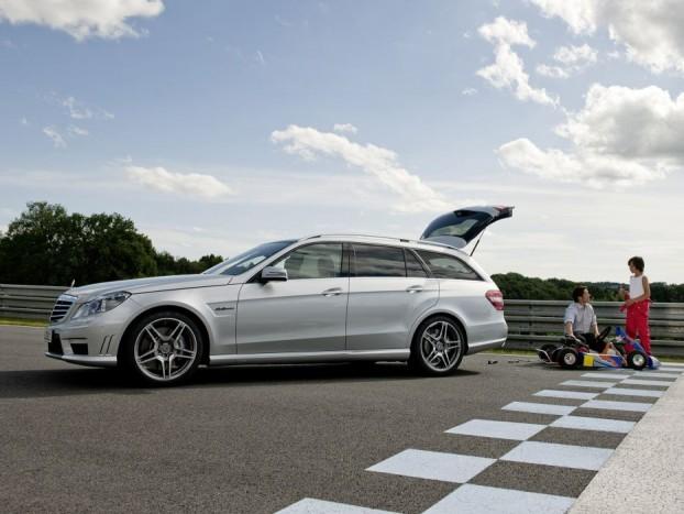Mercedes-Benz E63 AMG Estate - Az erős kombik válogatásából nem maradhat ki a német prémium trió harmadik tagja, a Mercedes sem. Sőt, ha a mély, recsegve induló, öblös ordítássá erősődő motorhang alapján választunk, akkor nincs más lehetőség, csak a 6,3 literes V8-as motorral szerelt E-osztály. 525 lóerő, 630 Nm nyomaték, 4,6 másodperces gyorsulás százra, és ráadásul az egyik legnagyobb csomagtér, 695 liter az alap 1950 a vég ledöntött ülésekkel.