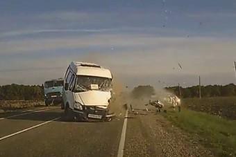 Idén még ilyen frontális ütközést nem láttunk - Videó