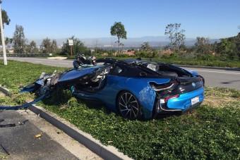 Betonkeverő gyűrt maga alá egy BMW-t - fotók