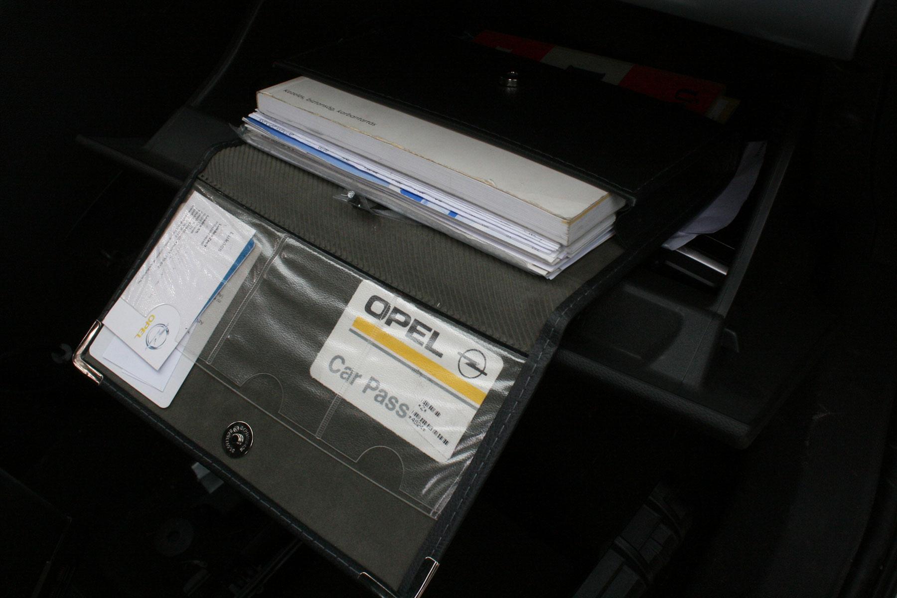 Ne legyetek olyan vakmerőek, hogy a kocsiban tartjátok a kódkártyát! A rajta lévő számokkal pofonegyszerű kulcsot marni az autóhoz és rajta van az indításgátlás kódja is