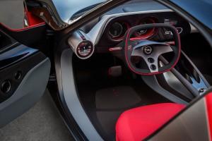 Űrkapszulát idéz az Opel GT utastere
