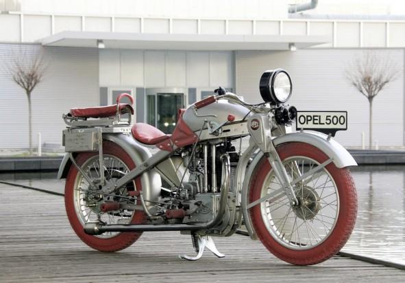 A piros kerekeket hivatalosan az 1928-ban bemutatott Opel Motoclub 500 motorkerékpár után kapta a GT tanulmány, de valljuk be, nem ismeretlen az ezüst-fekete-vörös kombináció (F1 McLaren-Mercedes?