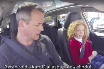 Cuki kislány vitte tesztkörre a Toyota ügyfeleit