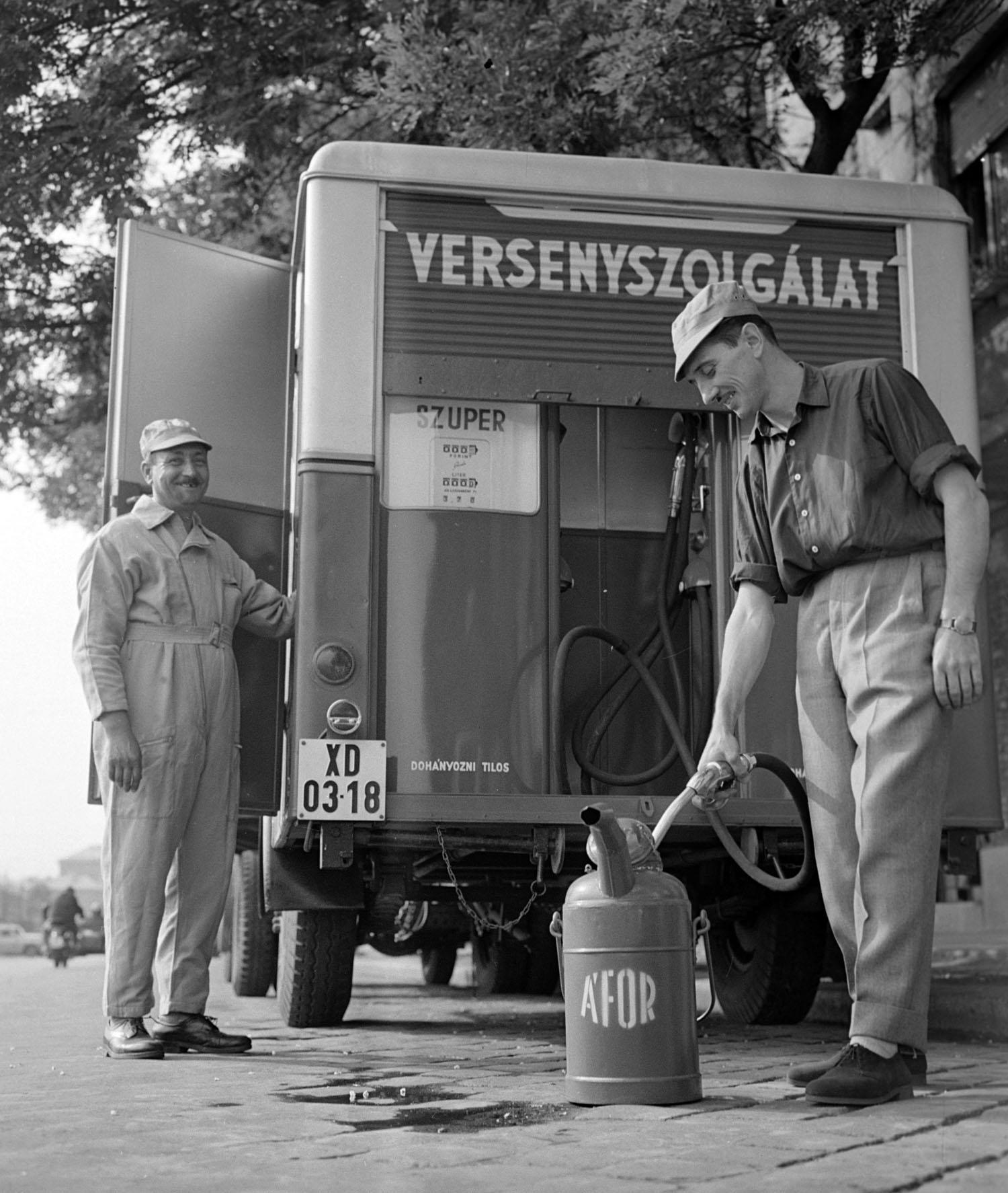 Budapest, 1960. július 30. Egy benzineskannát tölt meg egy alkalmazott az ország elsõ mozgó benzinkútjánál. A mozgó kutat - mely mintegy négyezer liter benzin szállítására alkalmas - a Kõbányai Jármû Kisipari Termelõszövetkezet készítette el az ÁFOR részére és a miskolci motocross-versenyen mutatják majd be. MTI Fotó: Kácsor László