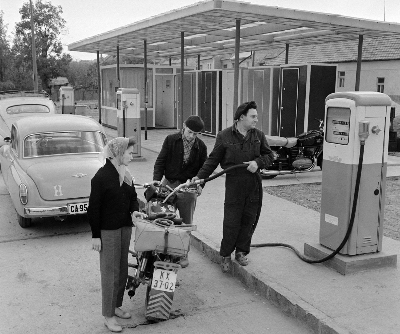Eger, 1961. október 13. Férfi üzemanyagot tölt egy nõ motorkerékpárjába Észak-Magyarország legkorszerûbb benzinkútjának töltõállomásán. A benzinkúton az autósok és motorosok öt kútoszlopból tankolhatnak, a tartályok 125000 liter benzin állandó tárolására alkalmasak. MTI Fotó: Fehérváry Ferenc