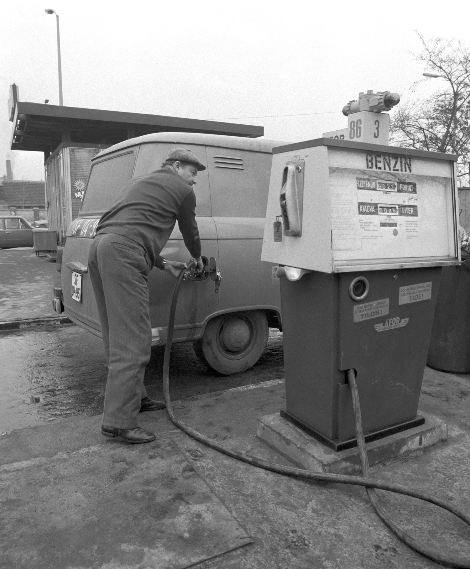 Budapest, 1977. január 26. Sofõr tankol az ország elsõ önkiszolgáló üzemanyagtöltõ állomásán: az ÁFOR (Ásványolaj Forgalmazó Vállalat) Kerepesi úti benzinkútjánál. MTI Fotó: E. Várkonyi Péter
