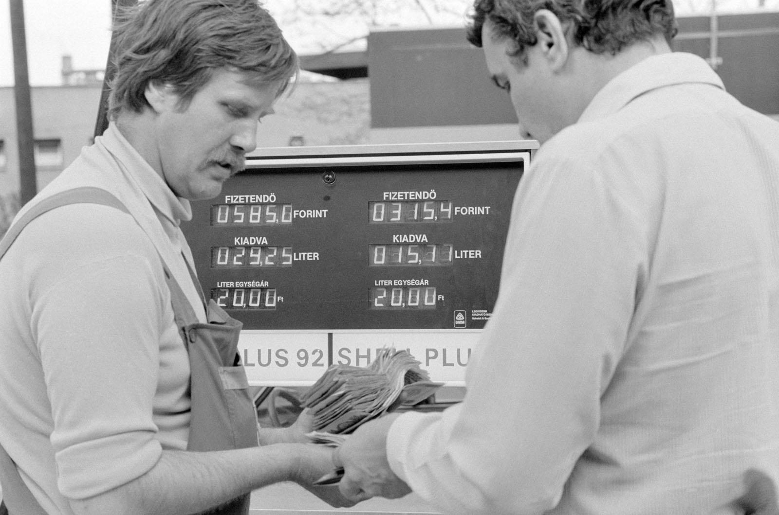 Budapest, 1983. április 22. Elektronikus vezérléssel mûködõ, digitális kijelzésû kútfej mutatja a tankolt üzemanyagot és a fizetendõ összeget, mely alapján a benzinkutas átveszi a pénzt az autóstól az Interag Rt. Alkotás utcai Shell töltõállomásánál. MTI Fotó: E. Várkonyi Péter