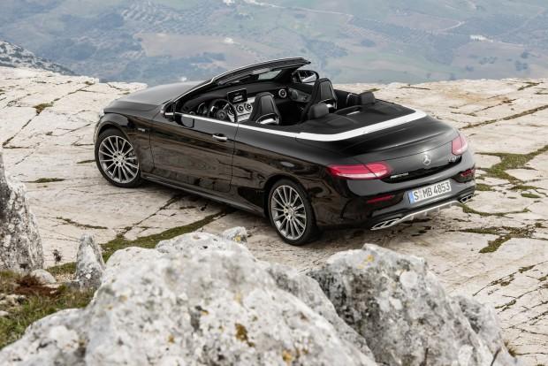C 43 4MATIC Cabriolet; Exterieur: Obsidianschwarz; Interieur: Leder schwarz, Kraftstoffverbrauch (l/100 km) innerorts/außerorts/kombiniert: 11,0/6,7/8,3 CO2-Emissionen kombiniert: 190 g/km Exterior: obsidian black; interior: leather black, Fuel consumption (l/100 km) urban/ex urban/combined: 11.0/6.7/8.3 combined CO2 emissions: 190 g/km