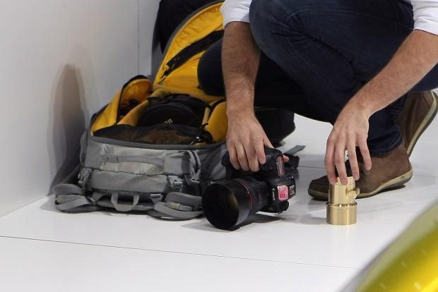 Azért a játék mellett van profi cucc is, a gépen egy 1,0-ás, 50mm-es ősöreg Canon objektív díszeleg
