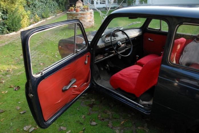 Sötétkék autó, piros belsővel. Állítólag az egyik legjobb párosítás volt. Tényleg látványos! A huzat alatt az ülés műbőr kárpitja is piros!