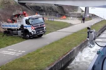 Hajó húzta ki az elakadt teherautót