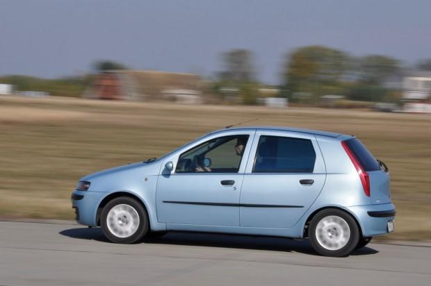 Tágas, jól használható autó a Punto II, főleg ötajtós változatban. Korrodálni nem szokott, olcsók hozzá az alkatrészek, de kell is ez-az