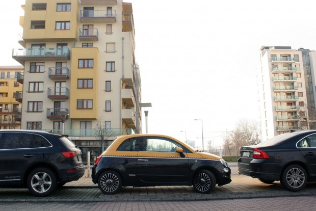 Parádésan könnyű parkolni a kisautóval. Ez a Marina-part, talán a legdrágább lakótelep Budapesten