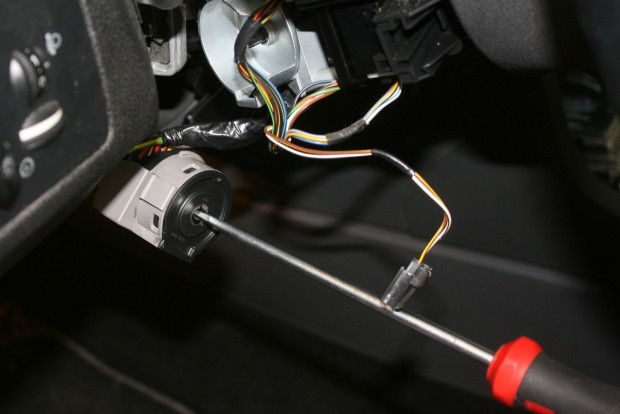 Az indításgátlót kijátszva, kis barkácsolás után egy csavarhúzóval is eindítható az autó