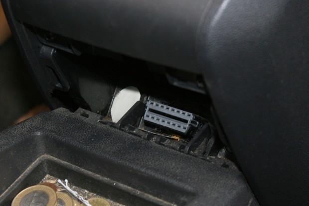 Érdemes megvédeni és áthelyezni a gyári helyről a szerviz- vagy OBD-csatlakozót. Ez itt egy Opel Zafira B diagnosztikai csatlakozója