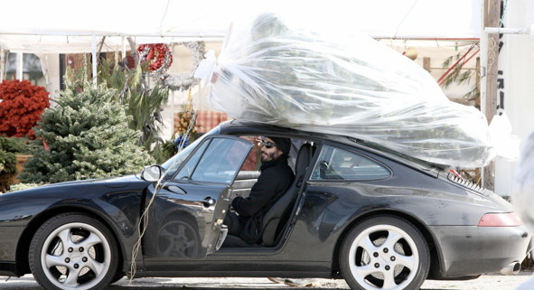 keanu-reeves-straps-christmas-tree-to-his-porsche-29092_1