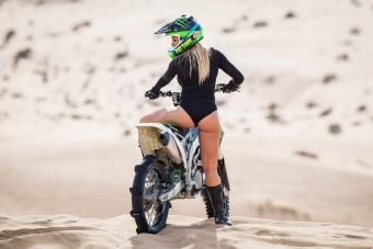 Soha nem volt még ennyire szexi sivatagban csapatni