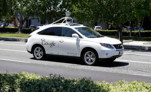 A Google önjáró autójába már sokszor belehajtottak. Nemrég viszont az autó hibázott.