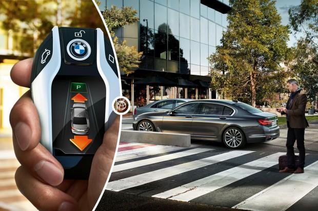 Sok extratartozék a prémiumautókban kezdi meg pályafutását. Először a BMW 7-es kínált vezető nélküli garázsból ki-, illetve garázsba beálló rendszert. Másodikként már a Mercedes E-osztályhoz is megvásárolható ez az extra