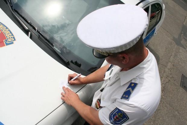 Sok országban az autósnak okot kell adnia arra, hogy megállítsák, nem ismert a közúti ellenőrzés hazai formája. A rutinellenőrzés növeli a körözött emberek lebukásának esélyét