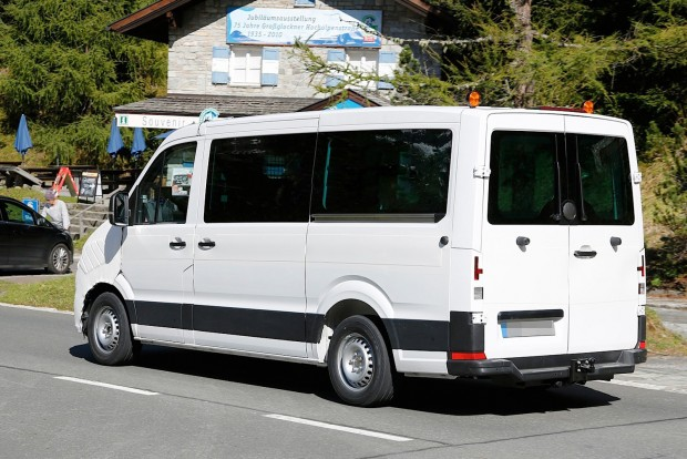 spyshots-2016-2017-volkswagen-crafter-takes-after-the-t6-transporter_6