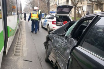 Villamos gyalult le egy BMW-t Miskolcon