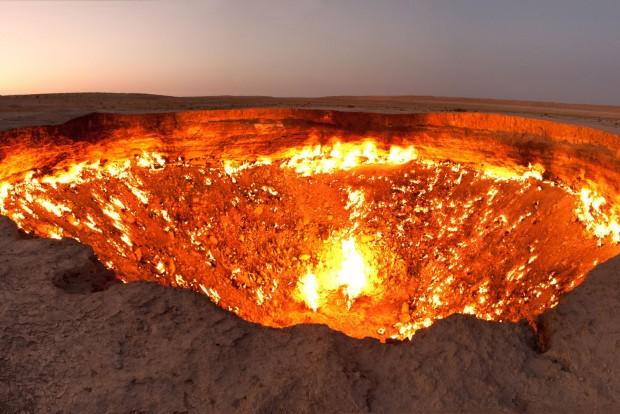 3. Türkmenisztán, 80 Ft/liter. Ha már az ország nagy részét a Kara-kum borítja, cserébe gigantikus földgáz- és olajmezőket fed a zord sivatag. A képen a pokol kapujának hívott gázkráter a sivatagban.