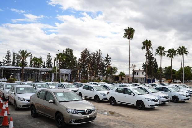 4. Algéria 82 Ft 50 fillér/liter. Algériában a lakosság szegénysége és az ország szénhidrogénkincse is mélyen tartja a benzin árát. A képen a Renault helyi gyára és a termék, a Renault Symbol.