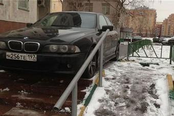 A járdán hagyta a BMW-t