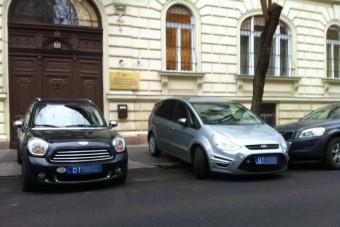 Egy luxusautóval járdára parkoló úrinő története