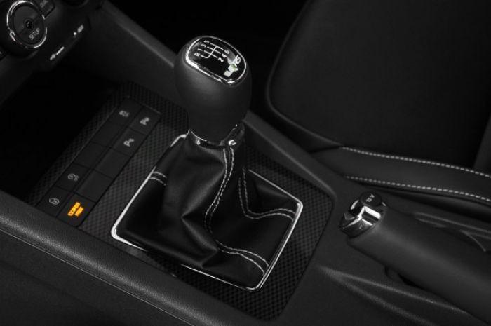 Kamu karbon - Egy olcsó mobiltelefonon lehet jól mutat az ötforintos matrica, de egy sokmilliós autóban feláras tételként árulni a szénszálas műanyagot mintázó díszbetéteket, több, mint vérlázító.