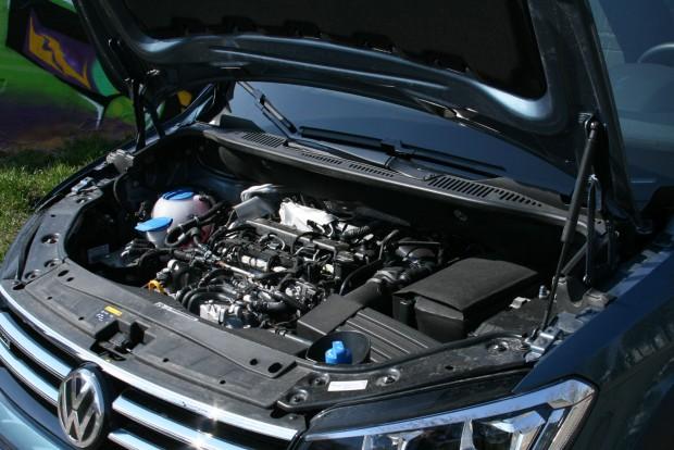 Furcsa manapság a burkolatlan motor, a motorházfedélen viszont van szigetelés. 340 Nm a nyomaték 1750-től