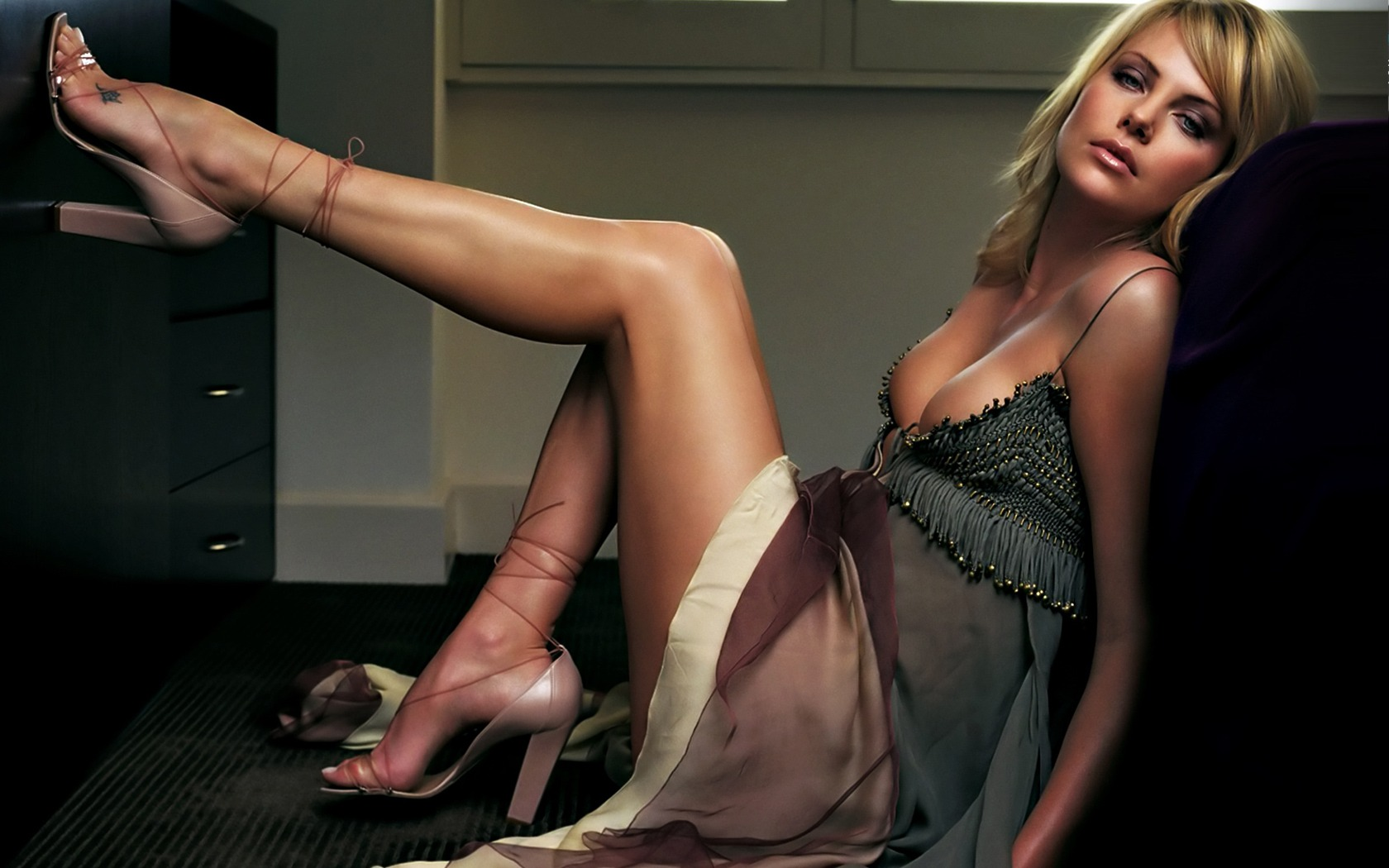 Charlize-Theron-Hot-2