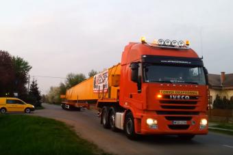 Két 42 méteres acélszörny járja az ország útjait