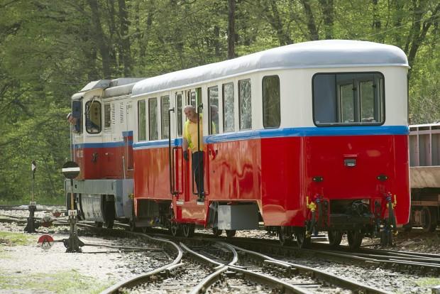 Budapest, 2016. április 6. A hûvösvölgyi gyermekvasút felújított BAW sorozatú személykocsiját vontatják a gyermekvasút hûvösvölgyi végállomásán 2016. április 6-án. A 66 éves, 10 tonnás, 16 méter hosszú kocsit, amelyet a Ganz Gépgyárban 1950-ben készítettek, a MÁV fõvárosi XIV. kerületi Dózsa György úti javítómûhelyében újították fel. MTI Fotó: Lakatos Péter