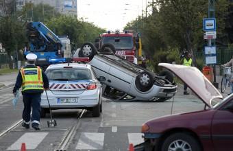 Felborult egy autó Budapesten, a járókelők segítettek
