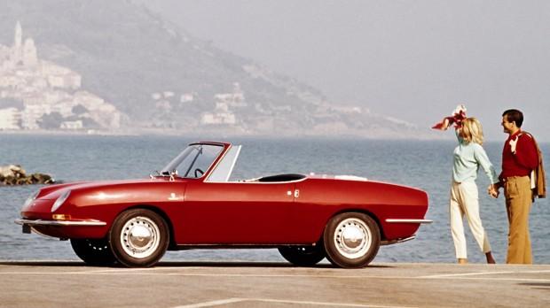 Bertone tervezte a kétüléses, vászontetős Fiat 850 Spidert