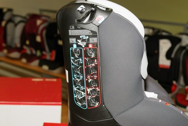 Akár menetiránnyal szemben, akár háttal is beköthető ez az ülés. A különböző színek a különböző bekötési módokhoz tartoznak